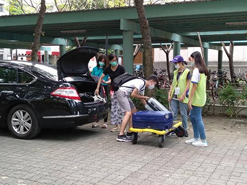 宿舍志工協助新生搬運行李