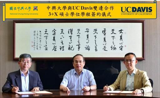 在興大楊長賢副校長(中)推動之下,由前國際處陳牧民國際長(右)及生科中心陳健尉主任(左)為代表,共同完成3+X 碩士學位學程MOU簽約。