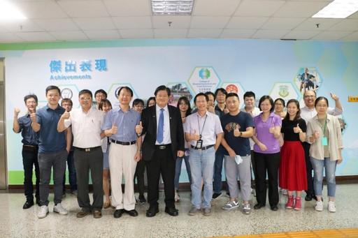 洪明奇校長帶領導的中醫大科研團隊。