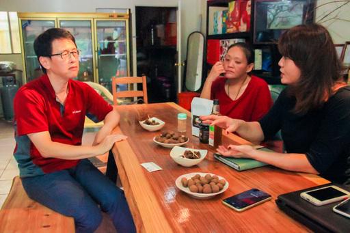 計畫負責人泣奉華副教授(左) 訪談梅農林靜淑、梅農露露