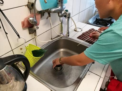 衛生單位至個案家中採集環境檢體(流理台凹槽)
