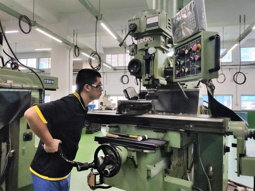 綜合機械職選手王玉祥正進行六面體銑銷加工訓練