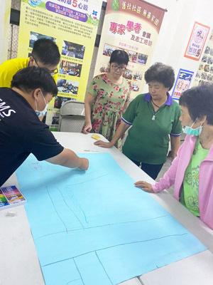大葉大學消防學程學生指導舊社社區居民畫防災地圖