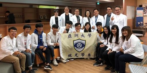 亞大視光系主任曾榮凱(站立者左二)偕同視光系師生,到台中啟聰學校進行視力篩檢服務。