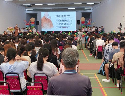 南華大學舉辦新鮮人生命成長營,駐校董事覺禹法師致詞勉勵新生要惜福與感恩。