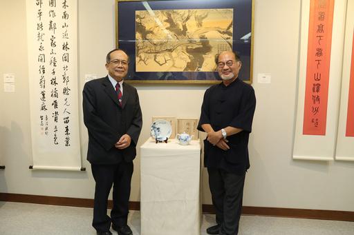 林文昭(右)老師致贈青花瓷作品予中興大學藝術中心,由興大黃振文副校長頒贈感謝狀。