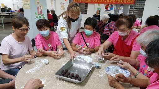 景文科大創意烘培社同學,邀請長者一起捲起袖子親手製作低糖健康月餅。