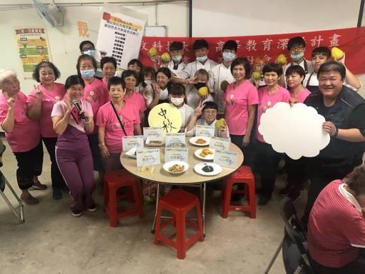 景文科大餐飲系學生組成國際廚藝社與烘焙社,到新店區玫瑰里關懷長輩。