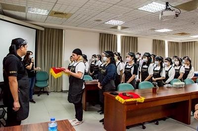 學員向師傅進行拜師儀式。