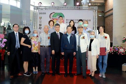 文化部長李永得(前排右4)、臺文館蘇碩斌(前排右5)及文物捐贈者及家屬合影.JPG