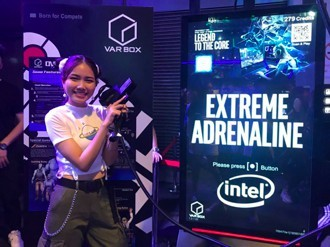 維亞娛樂將射撃運動與VR體驗結合,搭配體感VR震動手槍,於Digital Taipei「KOSMOS高雄館」吸引大批民眾體驗。(圖/維亞娛樂提供)