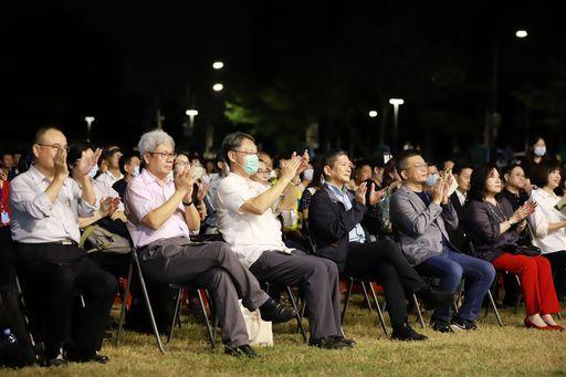 文化部長李永得(右3)、立法院副院長蔡其昌(右2)等貴賓聆聽霧峰民主草地音樂會