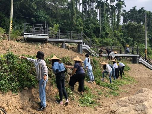 室設系大四學生現場實作,在園區內邊坡整理環境、準備種樹美化環境。