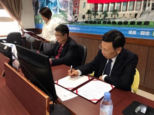 亞大校長蔡進發(右)與印尼馬朗護士大學旗下教授中文培訓單位EMLIKU代表Fred Kuo簽訂學術合作備忘錄。