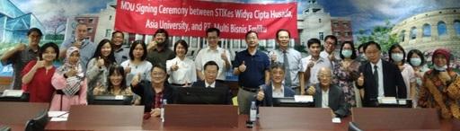 亞大校長蔡進發(右二)與印尼馬朗護士大學旗下教授中文培訓單位EMLIKU代表Fred Kuo(左二)等人簽訂學術合作備忘錄後合影。