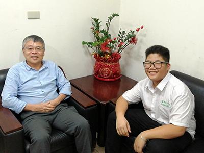 龍華科大化材系五專生李易駿(右)獲50萬拔尖助學金,入學後加入系主任蕭瑞昌指導的競賽團隊。