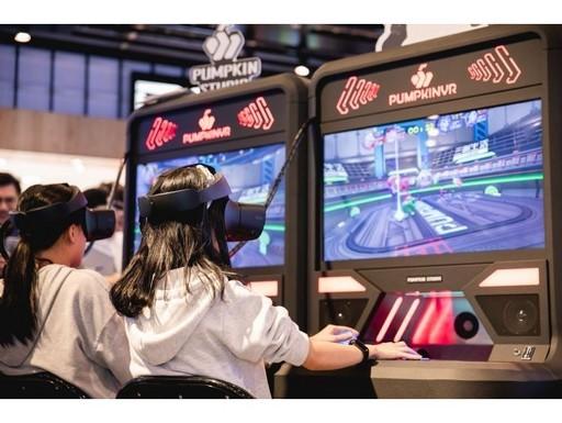 圖說:南瓜虛擬科技開發的VR遊戲機台,融合傳統街機的易玩性,以及VR遊戲的深度沉浸感。
