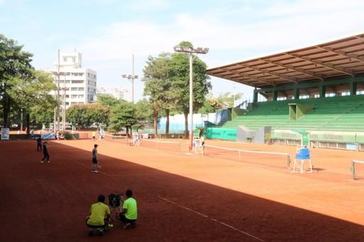 校友們在網球場競技。