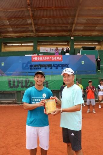 網球隊頒贈郭旭東助理教授榮獲國光體育獎章。