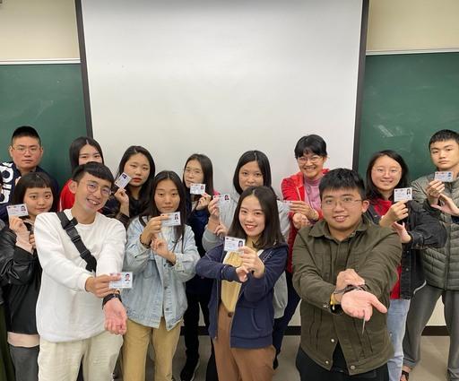 同學順利取得證照,幽默模擬量測脈搏的基本動作。