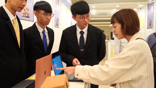 畢業製作「I'm SRG」小組為參觀者介紹系統特色。(世新大學提供)