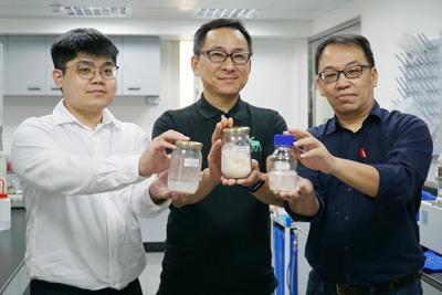 大葉大學育成中心吳建一主任(右)與森田生醫周俊旭執行長(中)合作開發新原料