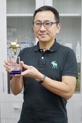森田生醫周俊旭執行長(左)獲最佳企業家,感謝大葉大學產學合作的協助