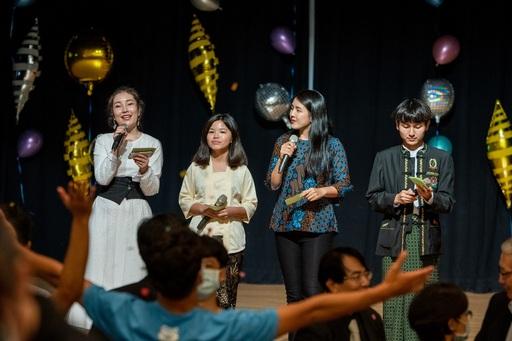 擔任東華國際聯歡之夜晚會主持人的四位境外