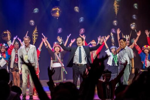 校長與貴賓們熱情的與原舞團及全場嘉賓共舞