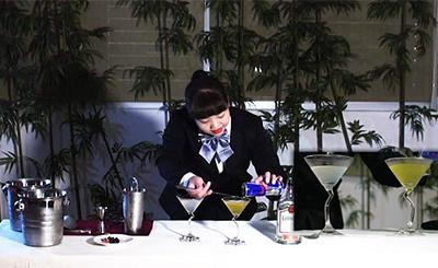 蔡勝芳以「Autumn Love秋之戀」榮獲經典雞尾酒金牌,圖為其比賽時專注神情。