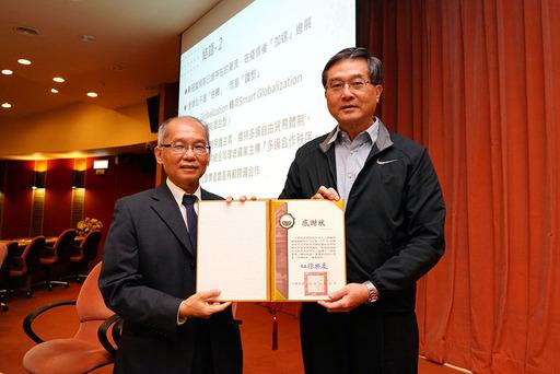 徐興慶校長頒發感謝狀予蘇顯揚總顧問