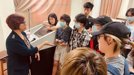 黃勻弦演說後許多數媒系同學圍繞請教問題。