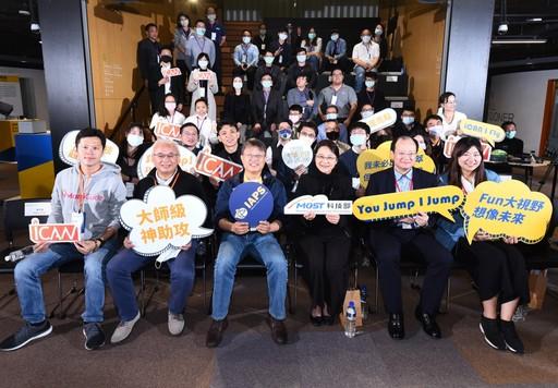科技部產學司代理司長涂君怡(前排右3)及IAPS黃經堯主任(前排左3)與2020 iCAN X TTA Batch#2 Demo Day所有參與來賓合照