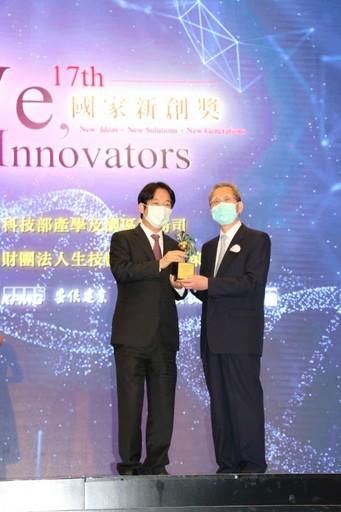 副總統賴清德親自頒獎陳明豐董事長-長佳智能。