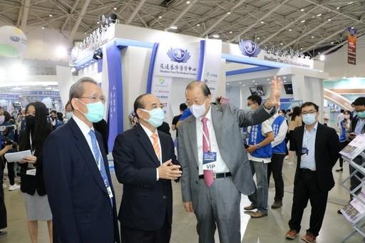 .蔡長海董事長向生策會創辦人王金平介紹中國附醫展場特色。