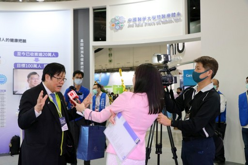 洪明奇校長接受媒體採訪分享科研成果。