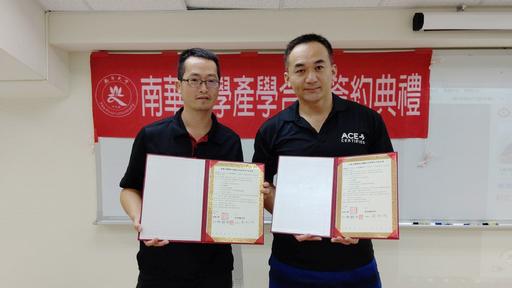 南華大學運動學程許伯陽主任(左)與泰坦運動空間負責人簡翔偉先生(右)簽署產學合作。