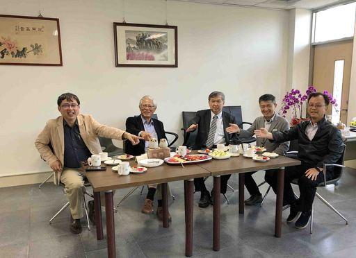 洪肇嘉產學長(左1)與出席臺越環保海外科研中心揭牌貴賓合影