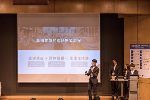 中信金融管理學院金管所何澍亞(左一)、科金所宋馨瑜(右一)以穩健的台風,獲個人傑出菁英獎的肯定。