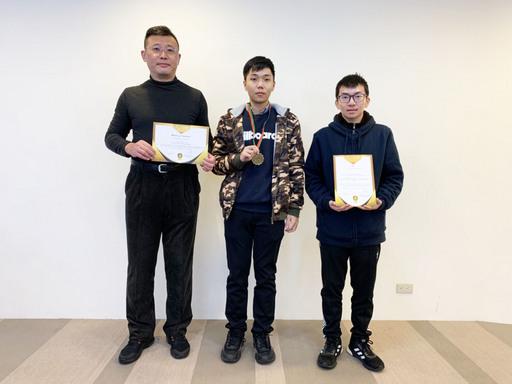 景文科大資工系主任應誠霖教授(左)指導學生林冠閎、郭庭佑榮獲金牌。