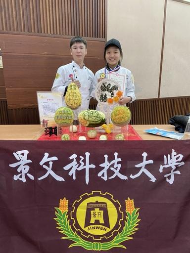 景文科大高世達指導老師與榮獲金牌選手謝幸怡合影。