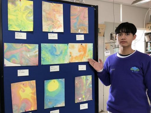 金山高中學生展出美術作品。