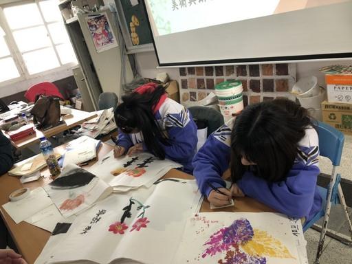金山高中學生專心準備成果展。