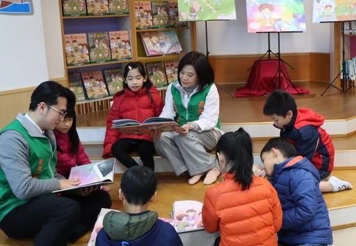 基金會鍾德美執行長(後排左二)與小朋友一起分享繪本故事。