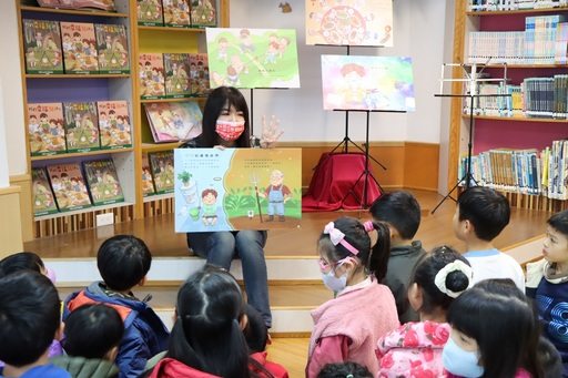 《我的幸福36計》繪本插畫家王意評親自到現場分享創作過程。