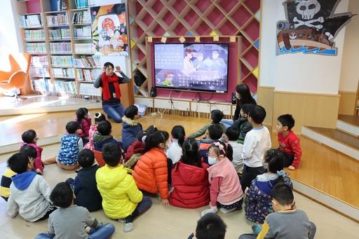 基金會特別安排東門國小書香志工進行繪本導讀。