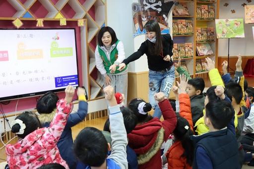新書發表會上基金會鍾德美執行長(左)與東門國小小朋友進行趣味問答。