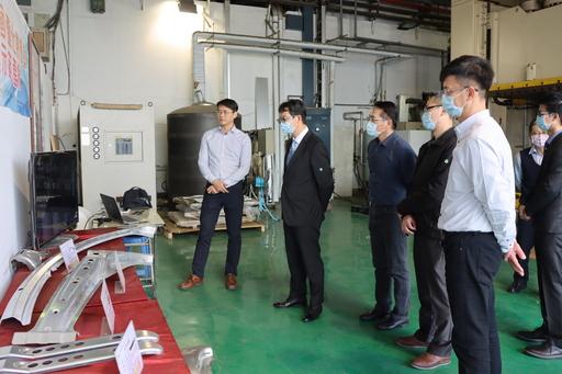 仁寶電腦李盛宏資深副總(左二)帶領團隊參觀金屬中心鋁溫熱成形實驗室。