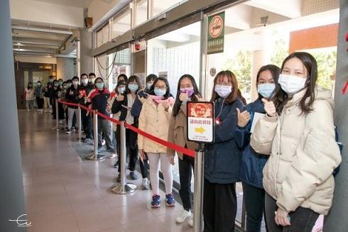 大批學生排隊等待領取春聯