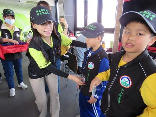 環境教育從小做起 屏東縣小小稽查員通過結訓  採水稽查有模有樣